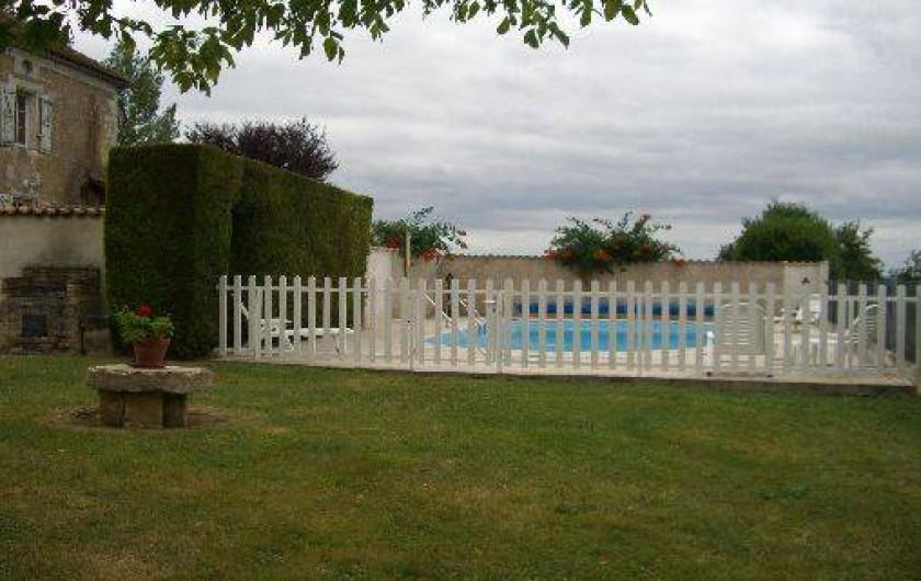 Location de vacances - Gîte à Saint-Pantaly-d'Ans - Piscine avec la barrière de protection