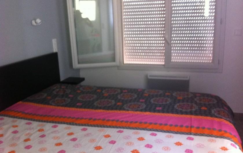 Location de vacances - Appartement à Tossa de Mar - LA CHAMBRE AVEC LIT DOUBLE ET PLACARD STORE ELECTRIQUE