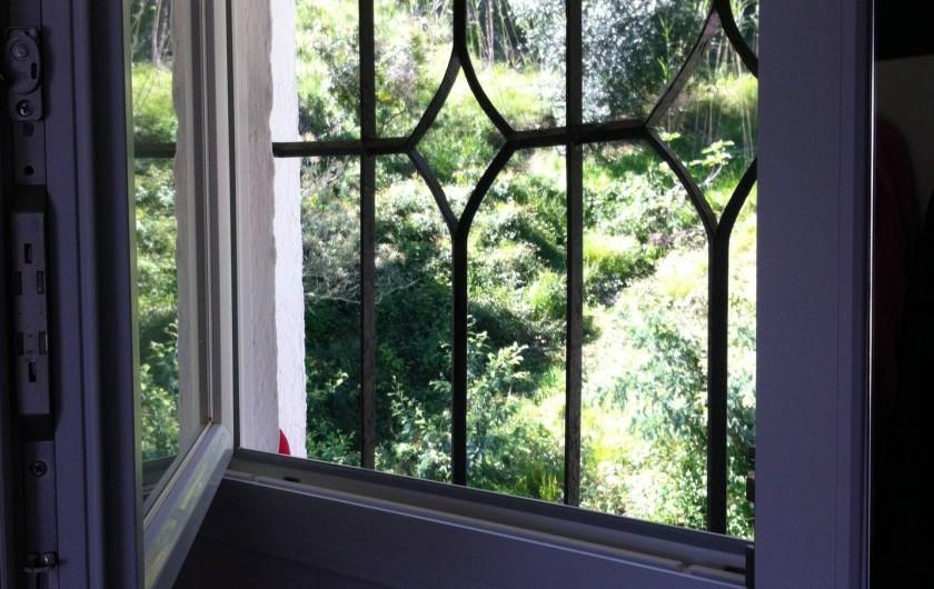 Location de vacances - Appartement à Tossa de Mar - FENÊTRE SALLE DE DOUCHE VUE MONTAGNE