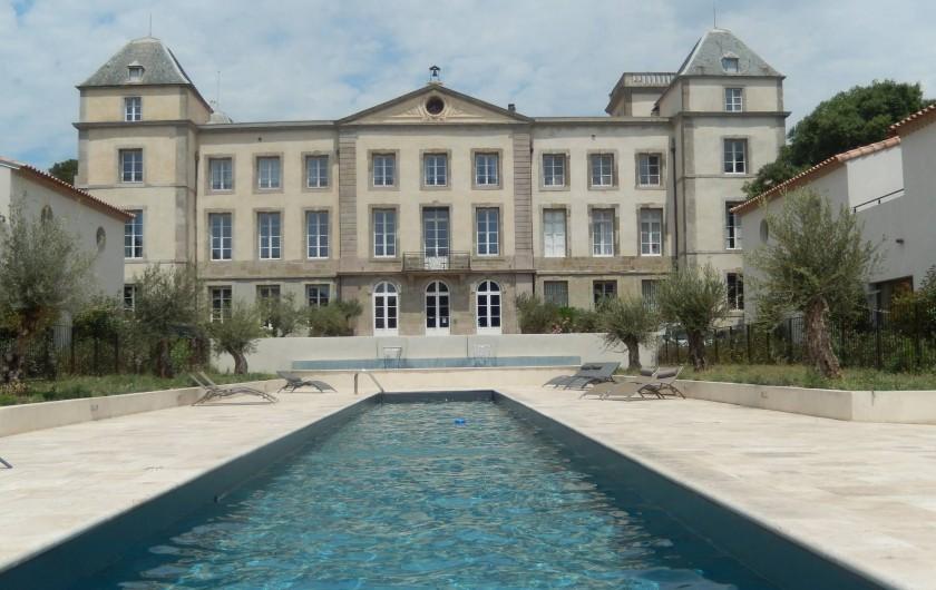Location de vacances - Villa à La Redorte - Vue château de la Redorte et son bassin de nage
