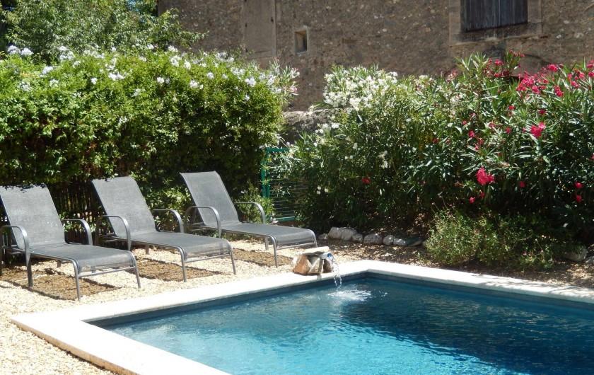 Location de vacances - Villa à La Redorte - Transats autour de la piscine