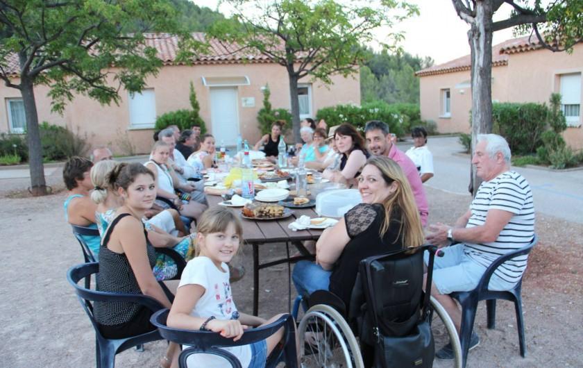 Location de vacances - Gîte à Cuers - Repas en commun avec les vacanciers - Village vacances Lou Bastidou