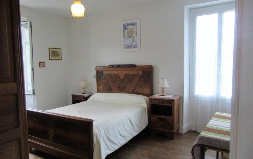 Location de vacances - Gîte à Bussac - chambre n3lit 140 armoire-penderie 2 chevets 14m2 2 autres chambres plancher boi