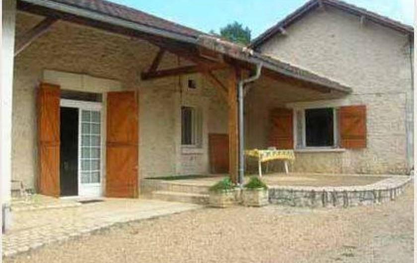 Location de vacances - Gîte à Bussac - terrasse couverte salon de jardin relax
