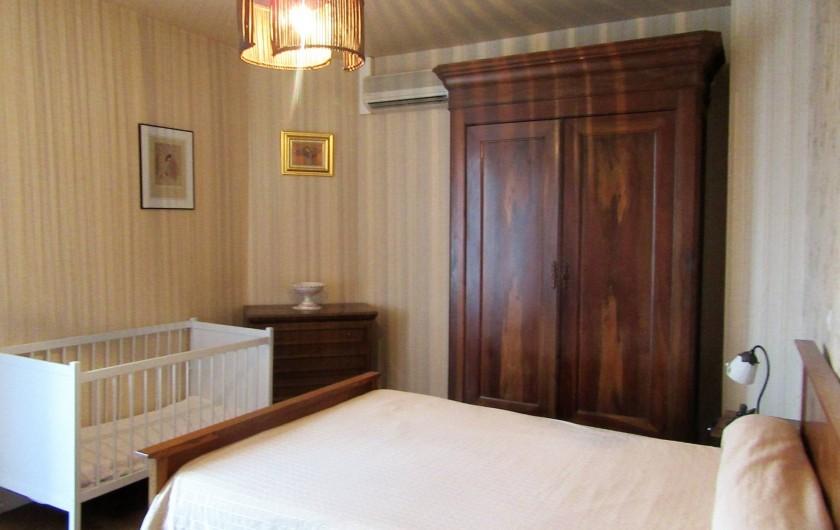 Location de vacances - Gîte à Bussac - Chambre N°2 lit 140 et 1 lit bébé armoire penderie 2 chevets
