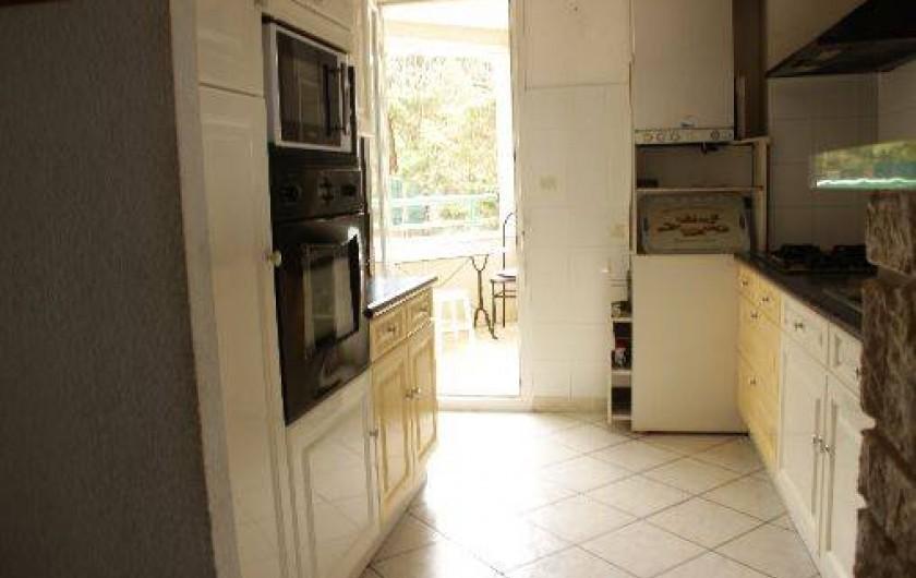 Location de vacances - Appartement à Sète - cuisine avec la vue sur un autre loggia de 5 m2 vue montagne(arrière)