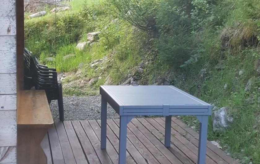 Location de vacances - Chalet à Le Haut-Bréda - Terrasse attenante à la cuisine Partie bois 3mx7m Barbecue Weber