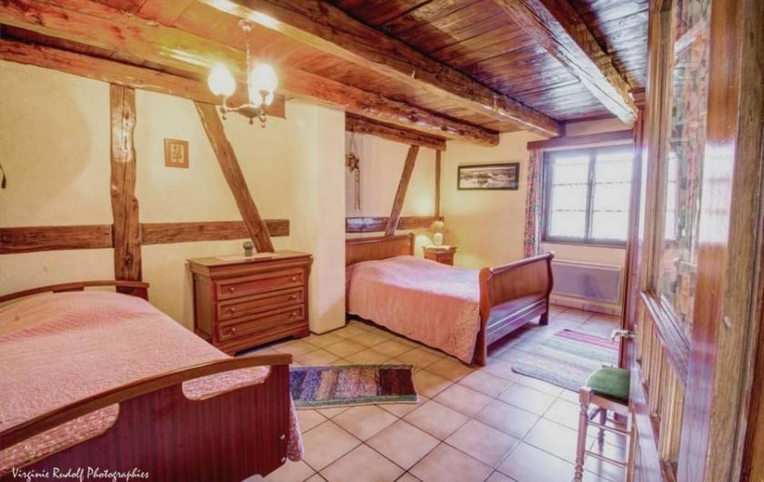 Location de vacances - Villa à Jebsheim - Une première grande chambre avec un lit double,et un lit simple médicalisé.