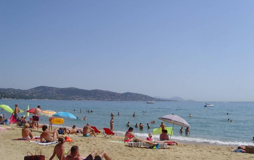 Location de vacances - Appartement à Sainte-Maxime - plage le matin en saison