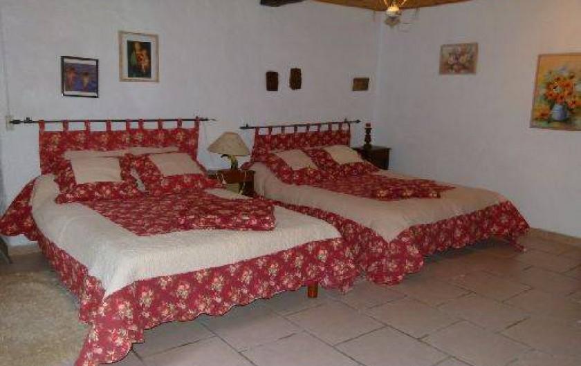 Location de vacances - Maison - Villa à Ornézan - chambre rose avec 2 lits double et un lit bébé