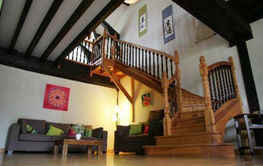Location de vacances - Gîte à Beylongue - escalier menat à la mezzanine et salon
