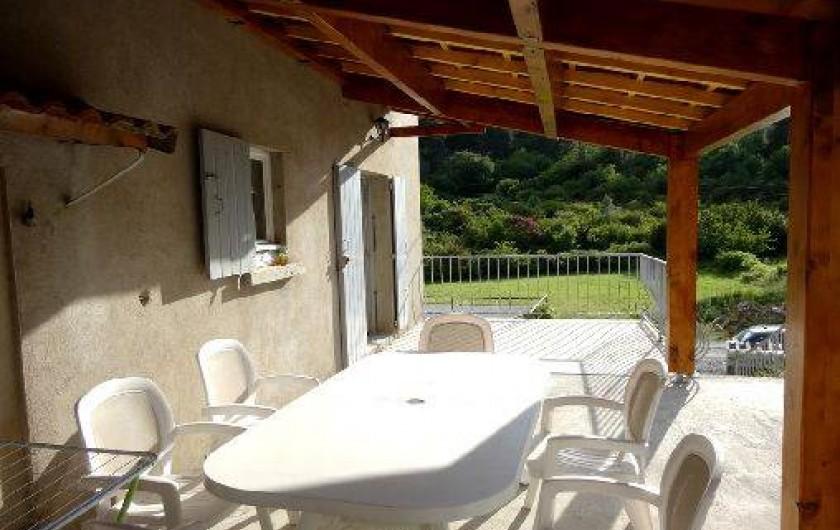Location de vacances - Gîte à Saint-Paul-le-Jeune - Gite La Source La Terrasse couverte