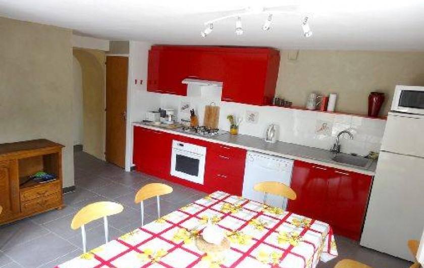 Location de vacances - Gîte à Saint-Paul-le-Jeune - Gite La Source Salle a manger et cuisine