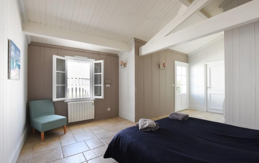 Location de vacances - Villa à Sainte-Marie-de-Ré - Suite 1- Lit double, dressing, salle de bain (baignoire) et WC