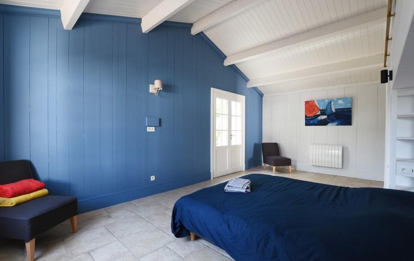 Location de vacances - Villa à Sainte-Marie-de-Ré - Suite 3- Lit double, dressing, salle de bain (baignoire) et WC