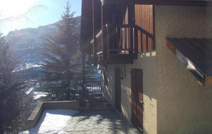 Location de vacances - Chalet à Briançon - terrasse enneigée