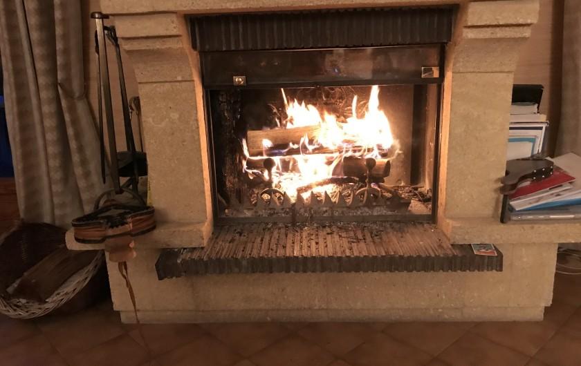 Location de vacances - Chalet à Briançon - feu de bois dans le salon