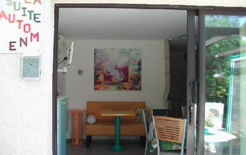 """Location de vacances - Villa à Piriac-sur-Mer - Entrée dans """"La Suite d'Automne"""" avec petit salon et TV"""