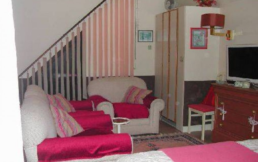 Location de vacances - Villa à Piriac-sur-Mer - Salon du soir avec 3 fauteuils et TV dans la grande chambre à l'étage