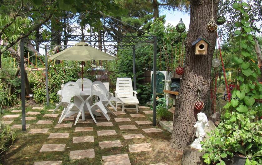 Location de vacances - Villa à Piriac-sur-Mer - Repas sous les arbres, à l'ombre avec barbecue et fontaine à proximité