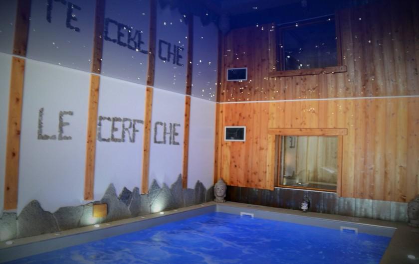 Location de vacances - Chambre d'hôtes à La Salle-les-Alpes - La piscine intérieure  chauffée balnéo comprise dans le tarif