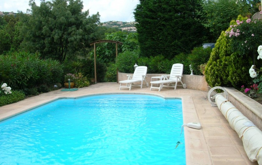 Location de vacances - Appartement à Sainte-Maxime - Piscine  et transats