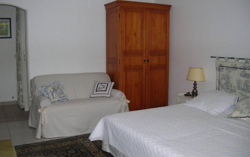 Location de vacances - Appartement à Sainte-Maxime - chambre 1 armoire et petit canapé