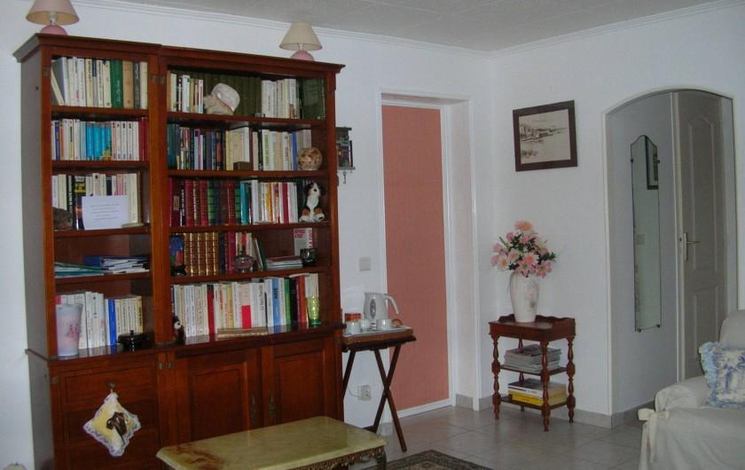 Location de vacances - Appartement à Sainte-Maxime - bibliothèque  dans chambre 1 . Entrée vers toilette séparée et salle d'eau