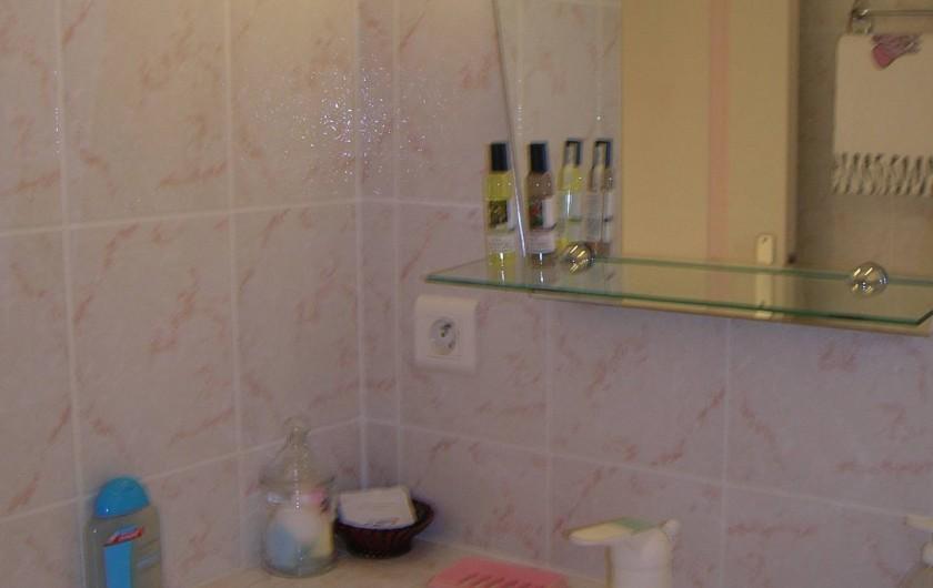 Location de vacances - Appartement à Sainte-Maxime - vue partielle de la salle d'eau
