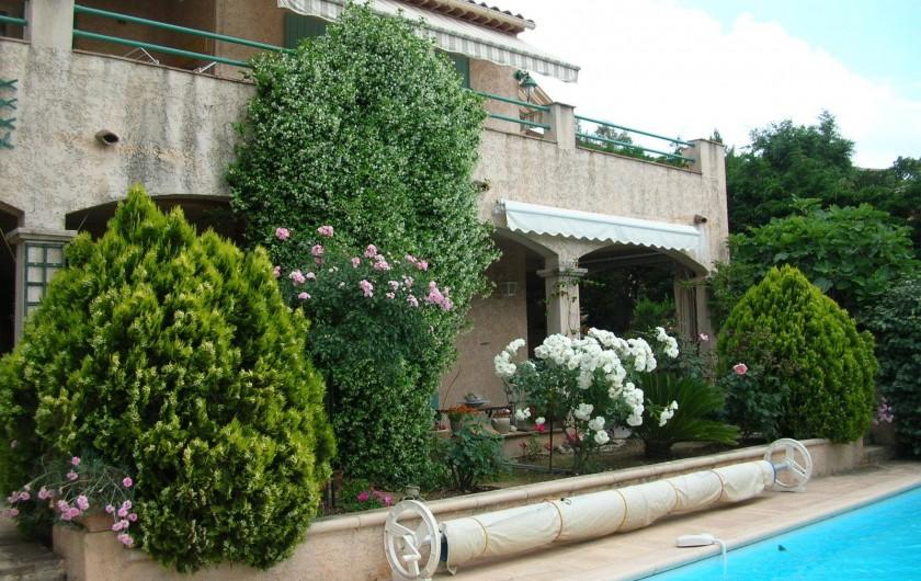 Location de vacances - Appartement à Sainte-Maxime - Terrasse devant la piscine
