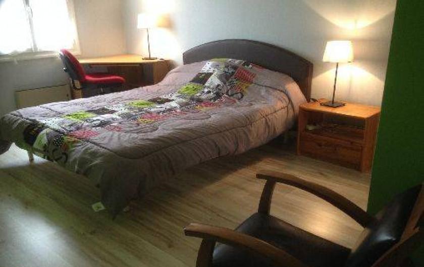 Location de vacances - Villa à Cruas - Chambre Lilas des indes  Lit 160 draps fournis avec placards, bureau, fauteuil .