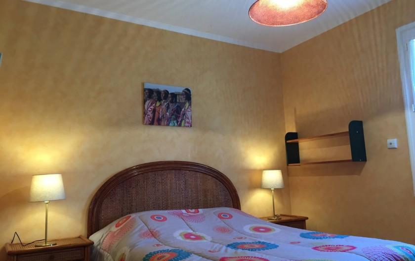 Location de vacances - Villa à Cruas - Chambre Le Tilleul lit 140 draps fournis avec grand placards.