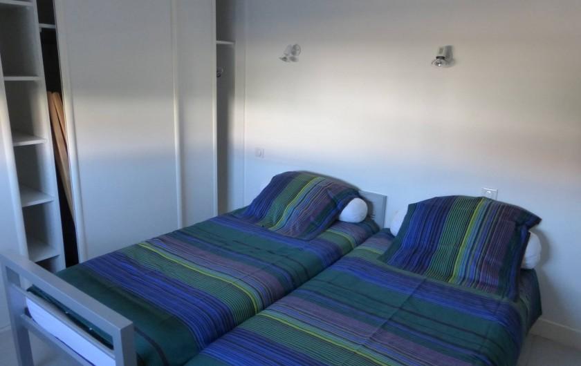 Location de vacances - Appartement à Soorts-Hossegor - appartement n°1: chambre  à 2 lits exposition Est ouvrant sur salle de douche