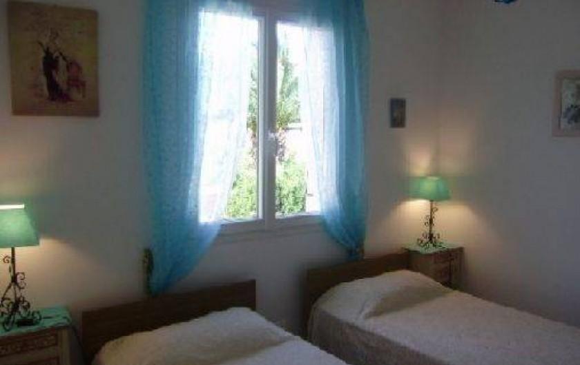 Location de vacances - Villa à Sainte-Lucie de Porto-Vecchio - chambre 2 lits simples / Façade ouest