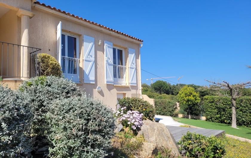 Location de vacances - Villa à Sainte-Lucie de Porto-Vecchio - Baie de Pinarello et sa tour gênoise à 2mn à pied