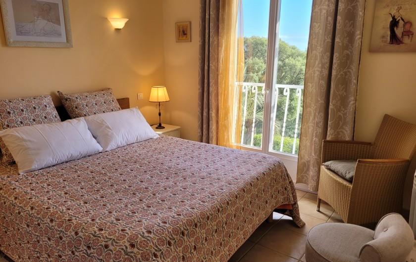 Location de vacances - Villa à Sainte-Lucie de Porto-Vecchio - Terrasse couverte avec table de jardin