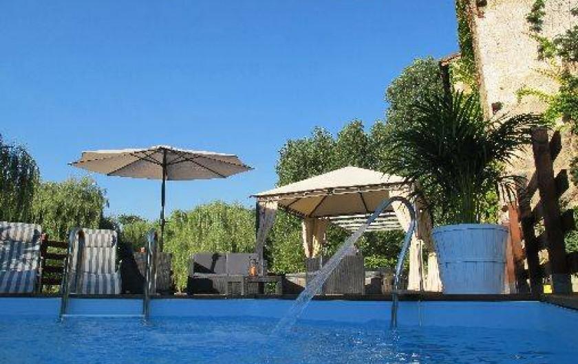 Location de vacances - Château - Manoir à Gueyze - La terrasse et la piscine