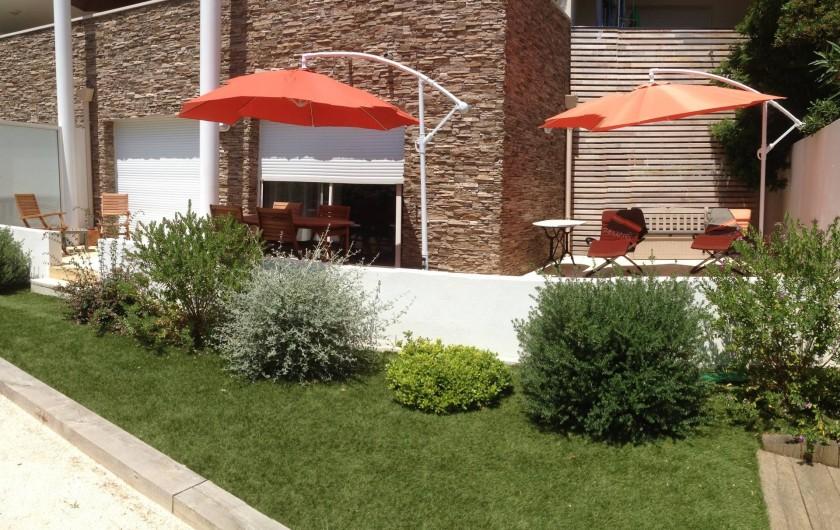 Location de vacances - Appartement à Sanary-sur-Mer - CAP SUD - La terrasse (36 m2) avec table 6 personnes, transats