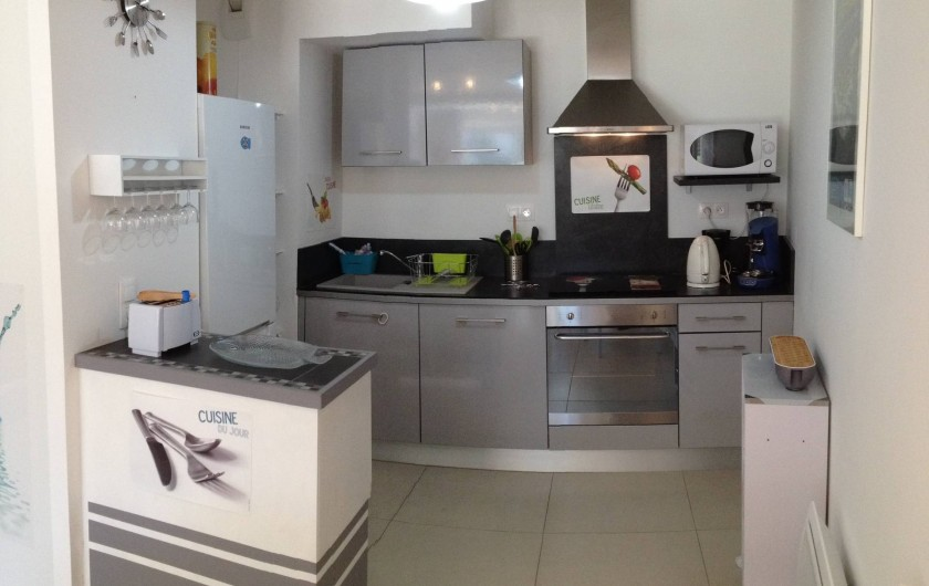 Location de vacances - Appartement à Sanary-sur-Mer - CAP SUD - Une cuisine ouverte bien équipée