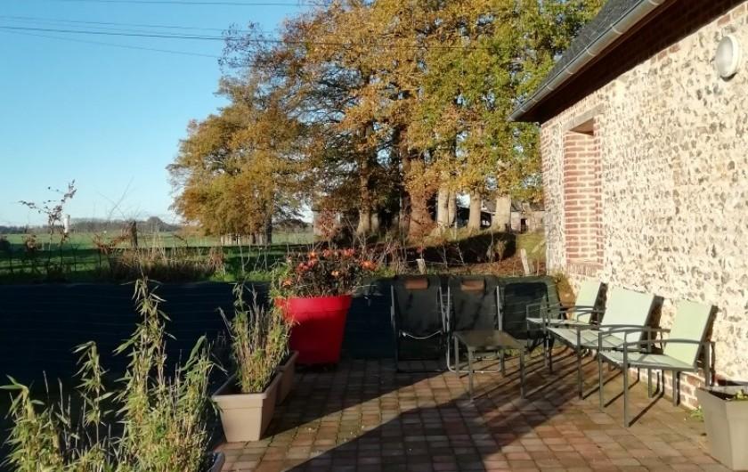 Location de vacances - Gîte à Bosville - Terrasse avec salon de jardin, transats et barbecue