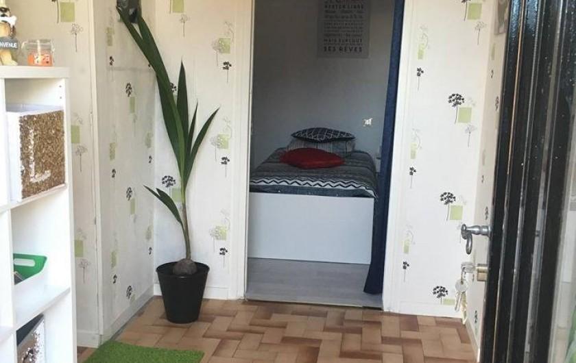 Location de vacances - Gîte à Angé - Entrée plus visuel de la Chambre numéro 3 composée d'un lit simple