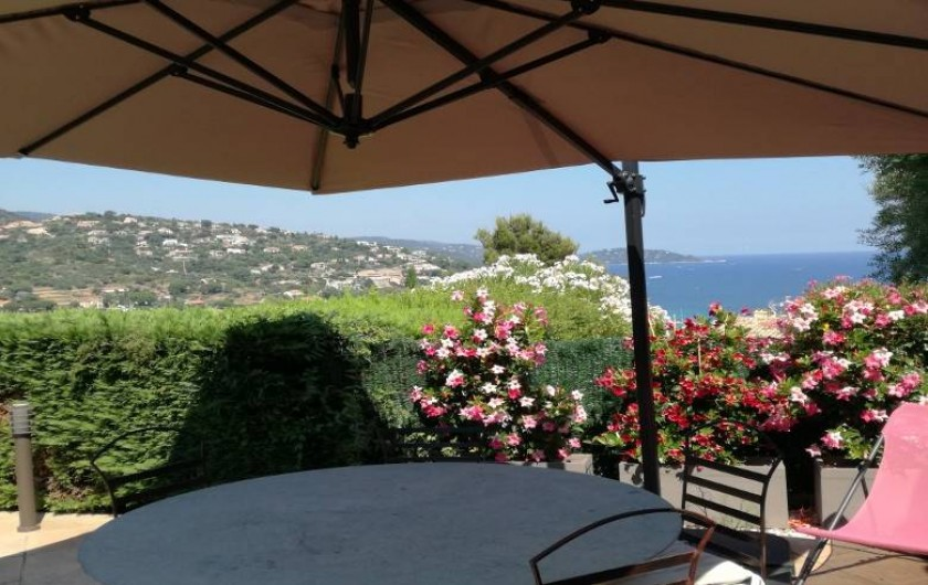 Location de vacances - Appartement à Le Lavandou - Terrasse avec vue mer et vallon