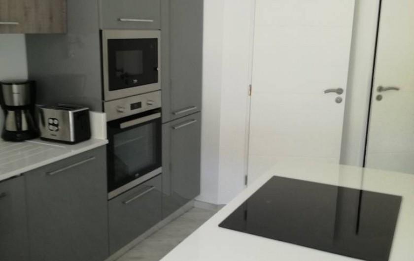 Location de vacances - Appartement à Le Lavandou - Cuisine américaine avec ilôt de cuisson