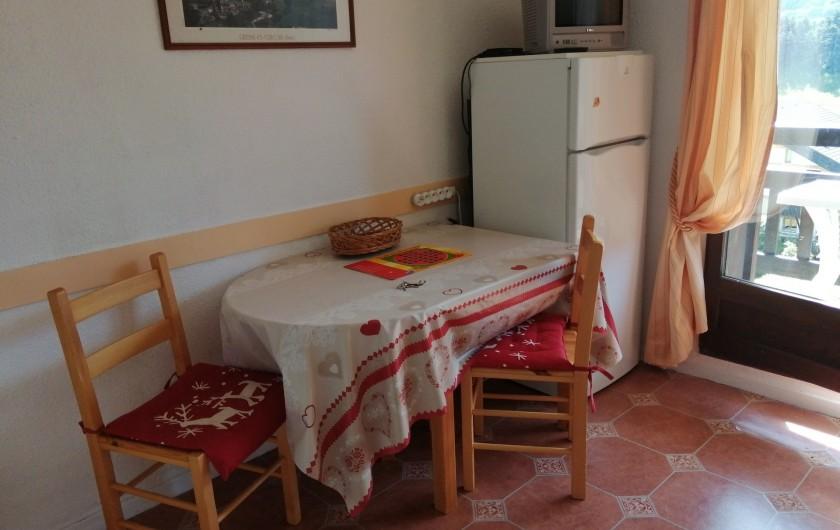 Location de vacances - Studio à Gresse-en-Vercors - Le coin repas avec le frigo congélateur et la télé