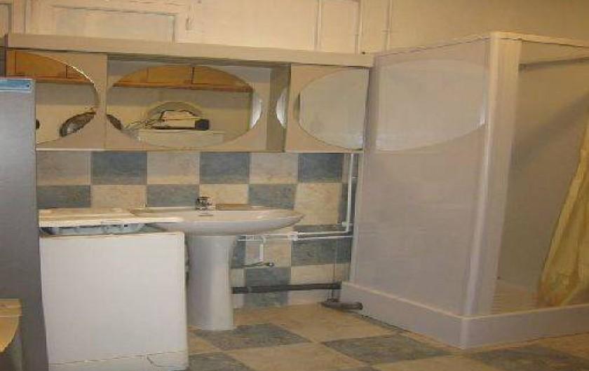 Location de vacances - Maison - Villa à Loctudy - salle d'eau du rez de chaussée avec douche, lavabo , lave-linge