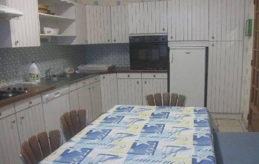 Location de vacances - Maison - Villa à Loctudy - grande cuisine avec frigo, four micro onde, four élect. table cuisson