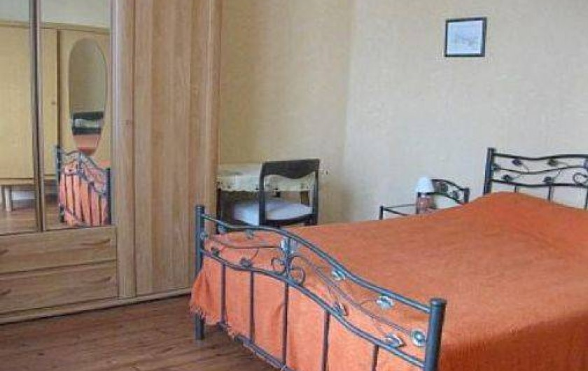 Location de vacances - Maison - Villa à Loctudy - chambre 3 donnant sur la cour fermée avec lit 2 personnes de 1.40m de large
