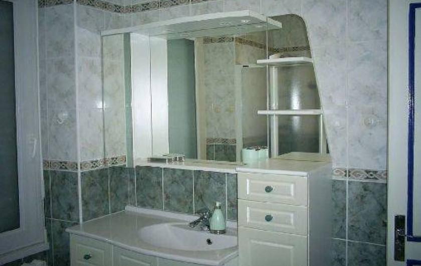 Location de vacances - Maison - Villa à Loctudy - salle de bains à l'étage avec douche à jets  , baignoire et lavabo