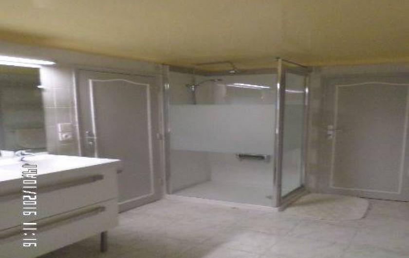 Location de vacances - Appartement à Vaison-la-Romaine - Douche avec siège  rabattable et lavabo plan à 2 vasques