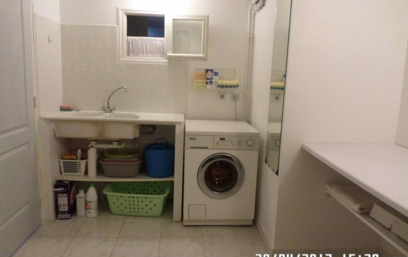 Location de vacances - Appartement à Vaison-la-Romaine - Buanderie :machine à laver-évier lavage main -fer à repasser